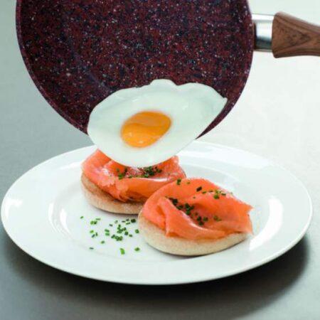 Bucura-te de mic dejun pregatit intr-o tigaie Regis Stone!